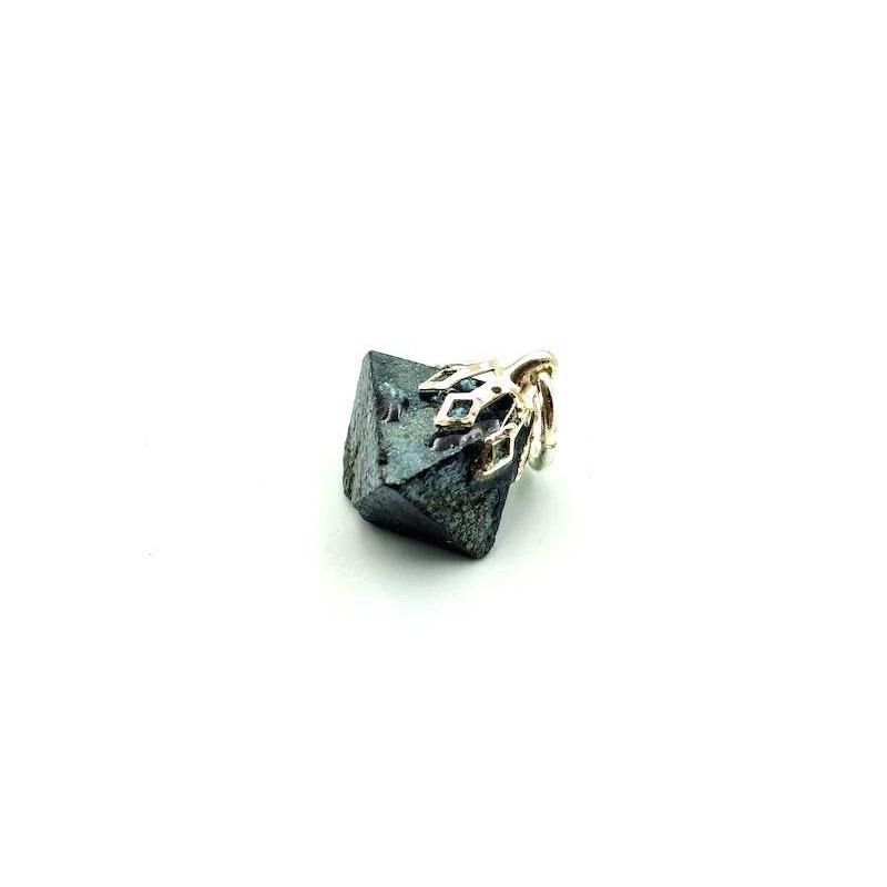 Pendentif Magnétite Octaèdre brut Beliere Forme Tulipe argenté